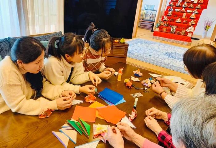 折り紙でひな人形を作っている様子