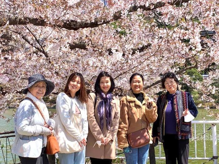 留学生とお花見をしている様子