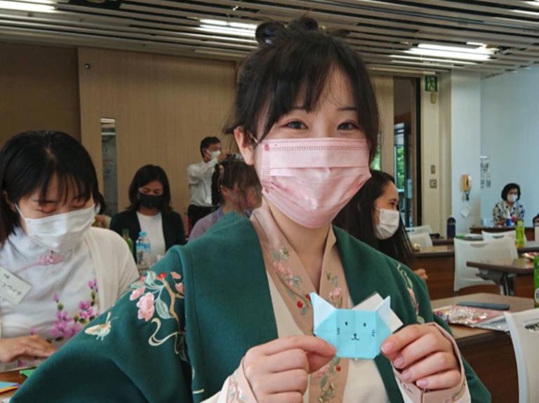 折り紙を楽しむ留学生